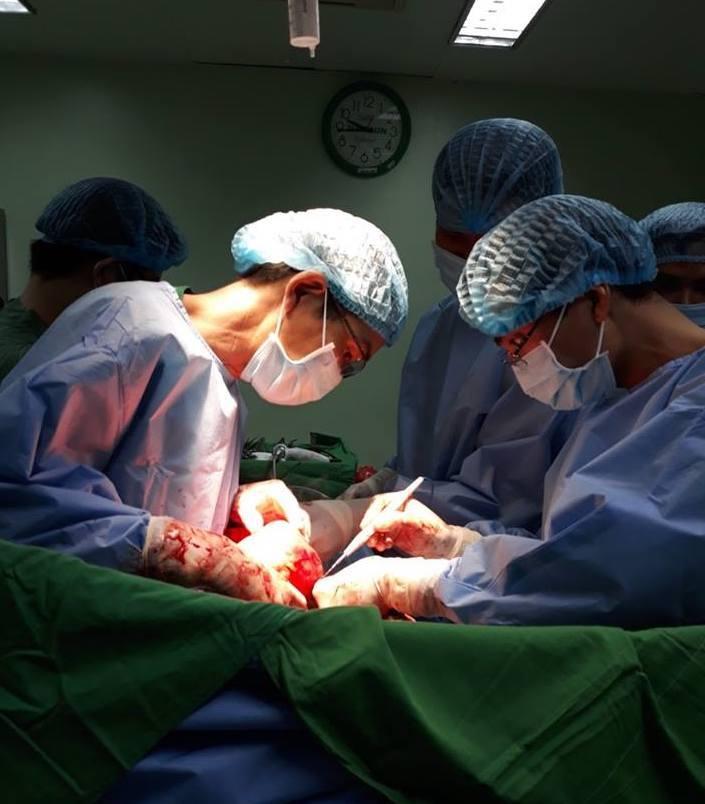 Bác sĩ mở đường giữa xương ức lấy khối u 4kg cho nam bệnh nhân 44 tuổi
