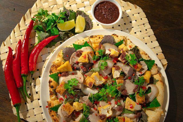 Món ăn kinh dị bậc nhất thế giới: Pizza đuông dừa bò lổm ngổm