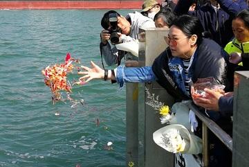 Đất chật người đông, Thượng Hải trả tiền cho dân hải táng