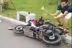 Sau Khá Bảnh lại xuất hiện clip đạp phá xe trên mạng xã hội