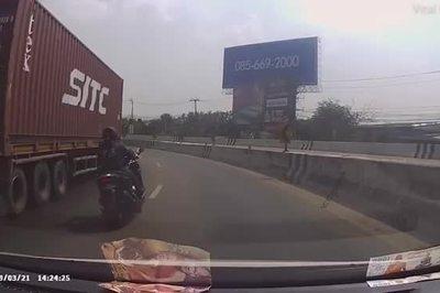 """Chạy xe máy định vượt xe container, """"phúc 70 đời"""" vì kịp giảm tốc"""