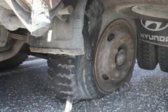"""Những """"độc chiêu"""" nên làm khi xe nổ lốp giữa đường"""