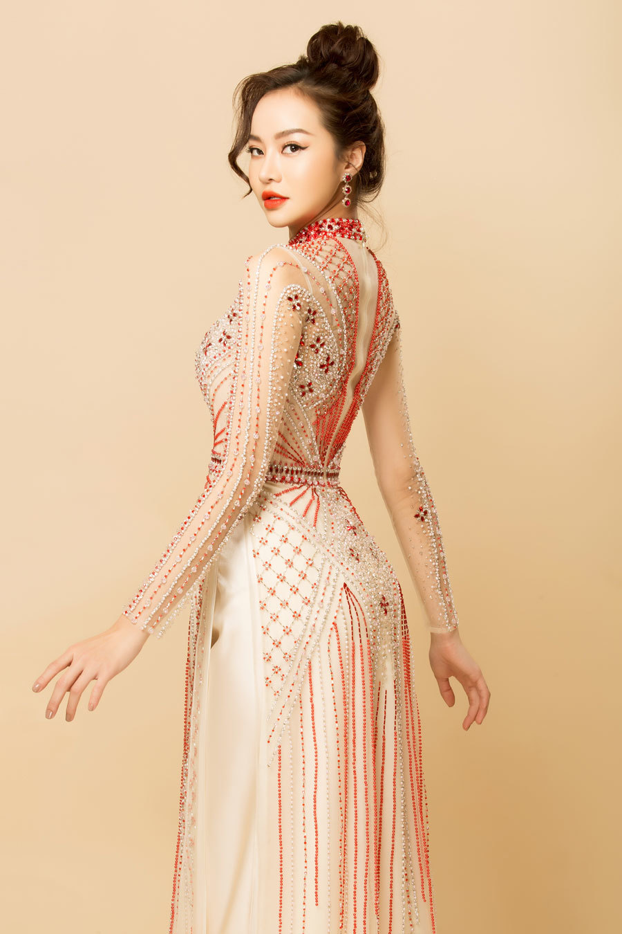 Hoa hậu Kiều Ngân gợi cảm với áo dài xuyên thấu