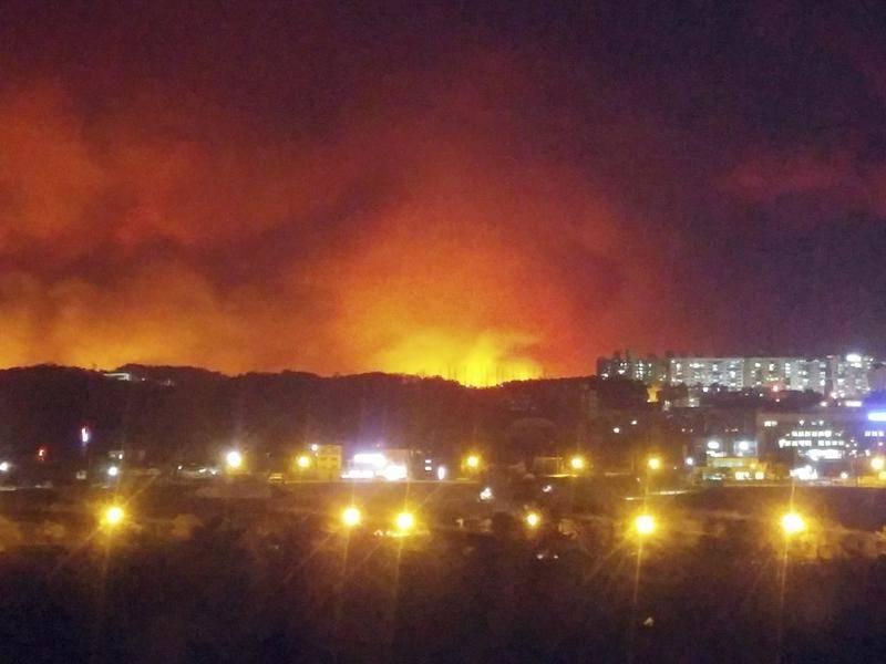 Thị trấn biên giới Hàn Quốc chìm trong biển lửa, báo động mức cao nhất