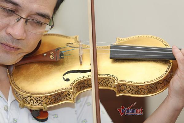 Thú chơi cũng lắm công phu: Xuân Huy với cây vĩ cầm bằng sứ dát vàng vô giá