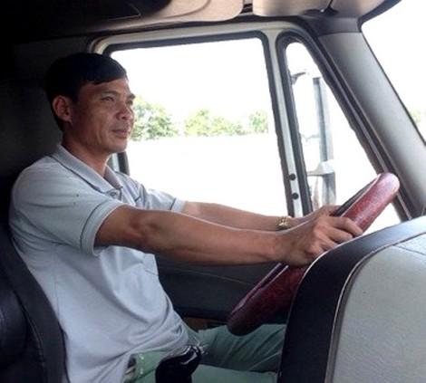 Phó bí thư xã nghỉ chức xuất ngoại, trưởng công an bỏ việc lái xe đầu kéo