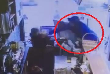 Không đổi được tiền lẻ, thanh niên cầm gạch đập đầu nữ nhân viên quán trà sữa
