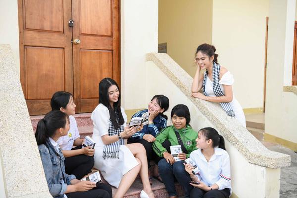 Á hậu Thúy Vân: 'Hành trình sách là một phần của cuộc đời'