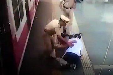 Pha thoát chết gang tấc khi bị ngã khỏi tàu hỏa
