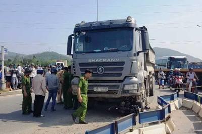 Người phụ nữ và xe máy biến dạng dưới gầm xe tải