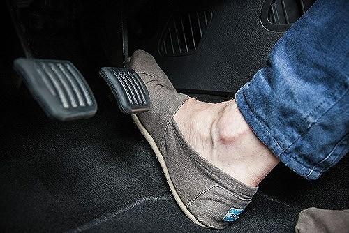 Đạp nhầm chân ga ô tô - nỗi sợ có thể khắc phục