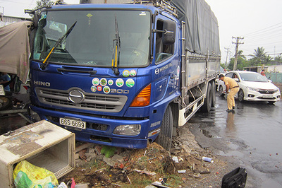 Người phụ nữ bán thịt chó ven đường bị xe tải tông chết