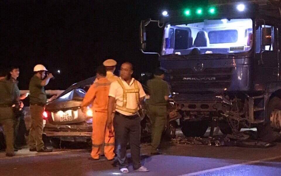 Xe con đối đầu xe tải trước cửa hầm Hải Vân, 2 người chết
