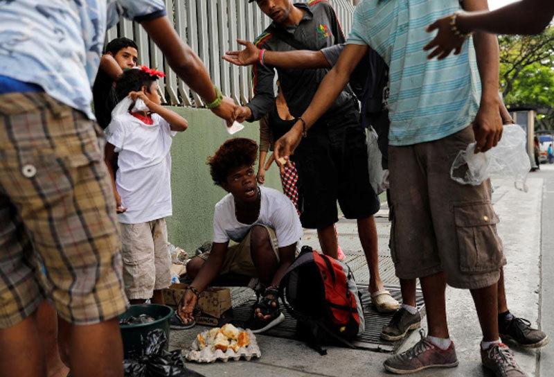 Cảnh vật lộn vét nước, mót đồ ăn ở Venezuela
