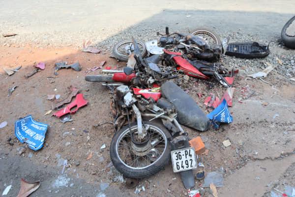Xe tải cuốn xe máy chờ qua đường, một người chết thảm