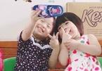 'Phát sốt' với hai bé gái selfie bằng điện thoại từ dép nhựa