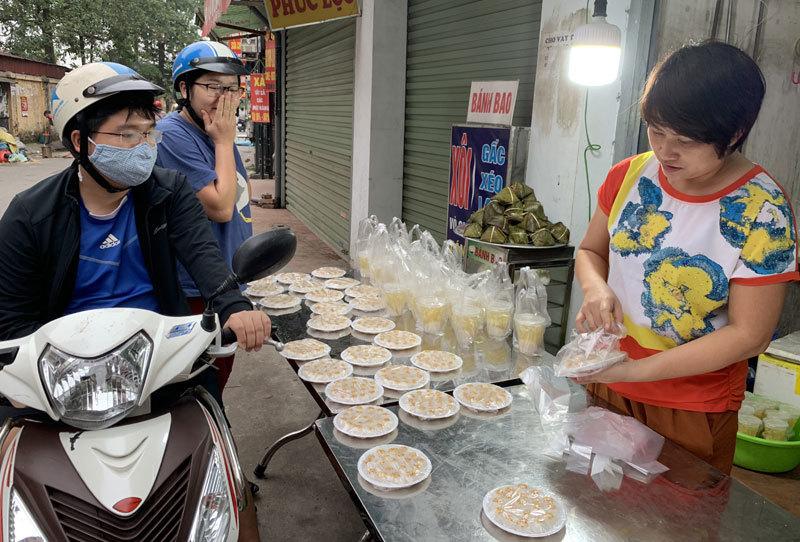 Khách xếp hàng mua bánh trôi bánh chay, chủ trắng đêm nặn gần tấn bột