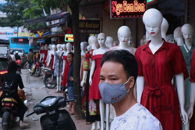 Giật mình hàng trăm 'chân dài, da trắng' đứng dọc phố Hà Nội gọi khách