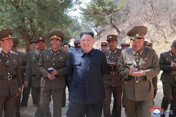 Kim Jong Un tươi cười thị sát khu nghỉ mát ven biển