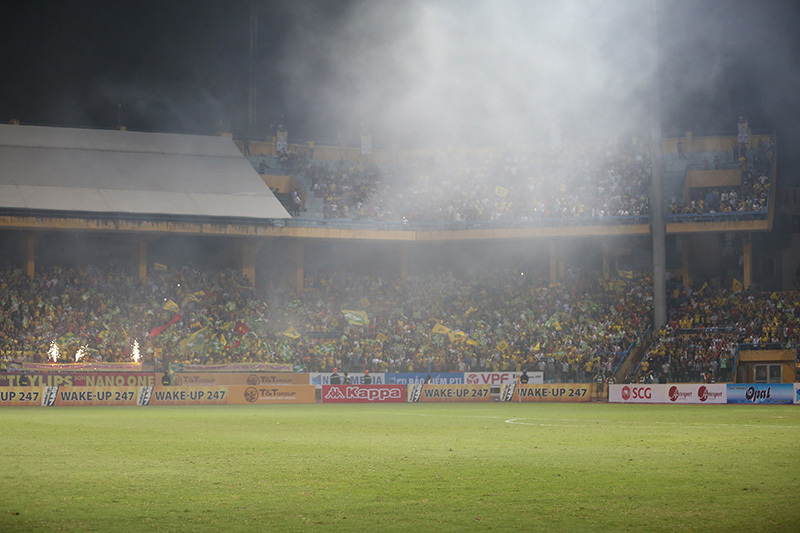 Fan xứ Nghệ 'đại náo' Hàng Đẫy bằng pháo sáng, pháo hoa