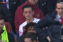 Mesut Ozil cay cú ném áo về phía HLV Everton
