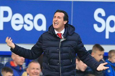 """HLV Arsenal """"sôi máu"""" khi Pháo thủ thua lúc ít ai ngờ"""