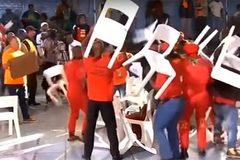 """Các nghị sĩ Nam Phi dùng ghế """"choảng"""" nhau trên sóng truyền hình trực tiếp"""