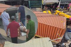 Xe container tông sập hàng loạt nhà dân, tài xế kẹt cứng trong cabin