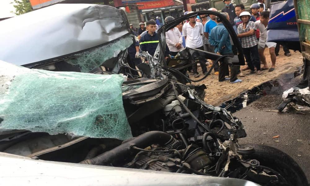 Xe 7 chỗ nát bét khi đấu đầu xe tải, 4 người trọng thương