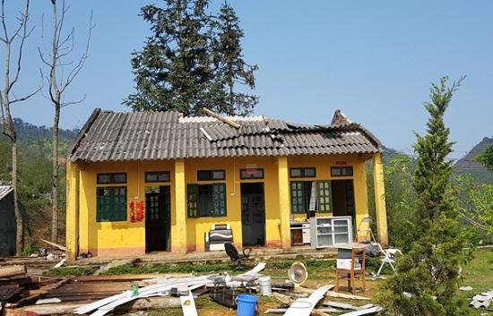 Mưa đá kèm lốc làm sập và tốc mái hàng loạt ngôi nhà