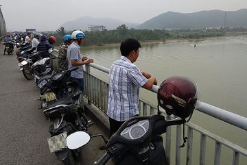 Nữ kế toán trường mầm non nhảy xuống sông Lam sau cuộc điện thoại
