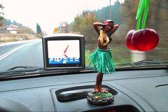 Có nên cấm để đồ trang trí trên táp-lô ô tô?