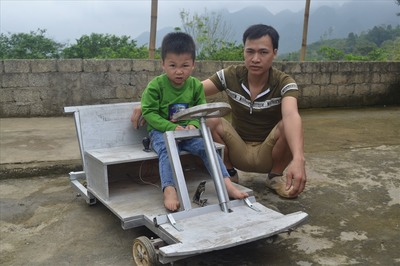 Độc đáo chiếc ô tô điện tự chế để tặng con của người thợ mộc