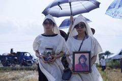 Kathy Uyên đưa tro cốt của mẹ từ Mỹ về an táng tại Tiền Giang