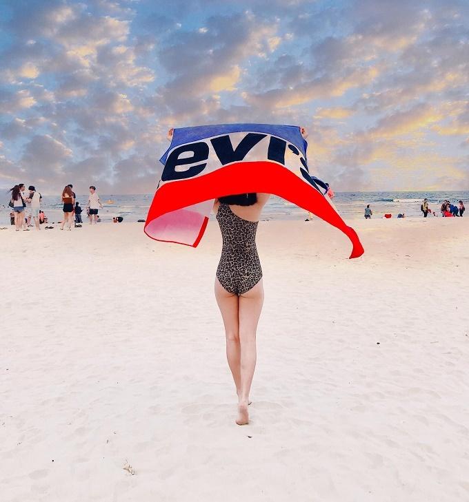 Bạn gái cầu thủ Huy Hùng khoe dáng gợi cảm ở bãi biển Đà Nẵng