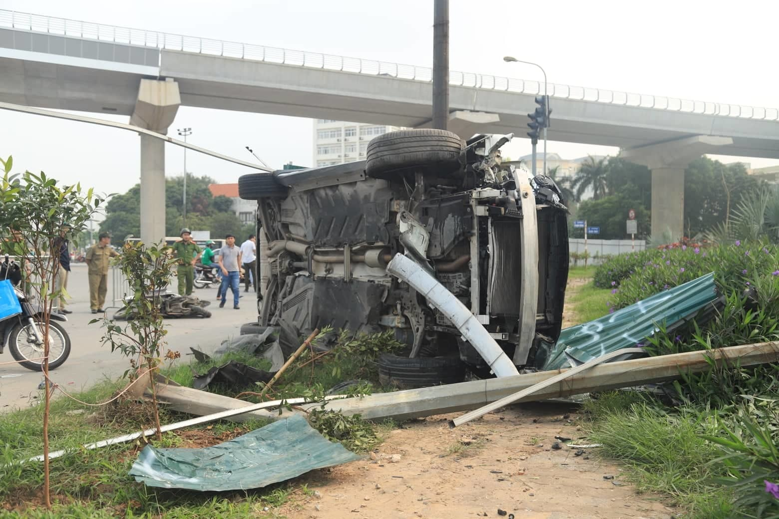 Nữ tài xế lái Mercedes tông loạt xe máy, đổ cột đèn giữa Hà Nội