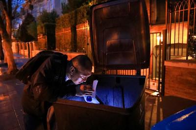 'Thợ săn kho báu' trong những đống rác của các tỷ phú
