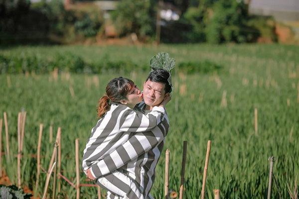 Lạ lùng cặp đôi khỏa thân, mặc áo tù nhân chụp ảnh cưới