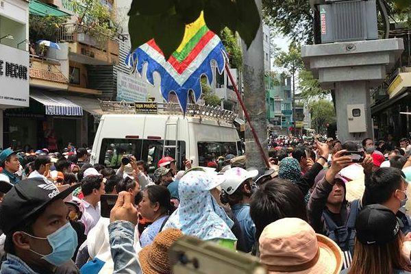 Dân vây kín xe chở thi hài nghệ sĩ Anh Vũ làm tê liệt giao thông khu vực chùa Ấn Quang