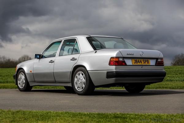 Mercedes-Benz 500E hàng hiếm của 'Mr Bean' sắp bán đấu giá