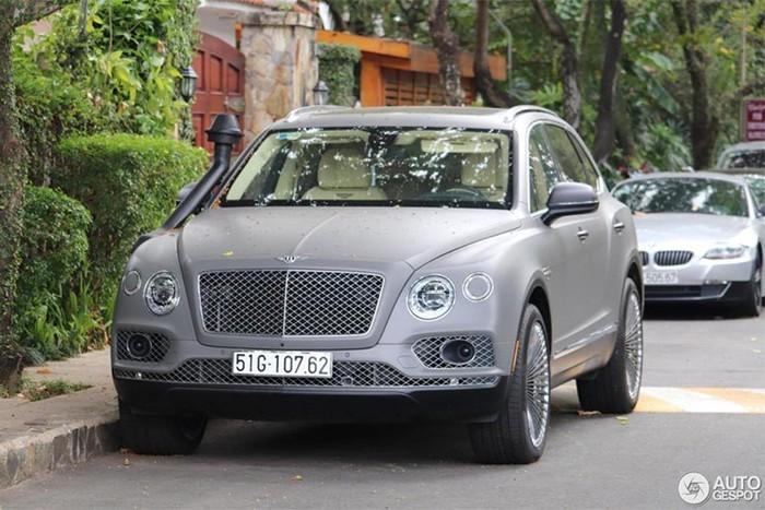 Bentley Bentayga độ ống thở dẫn đoàn xe của Đặng Lê Nguyên Vũ