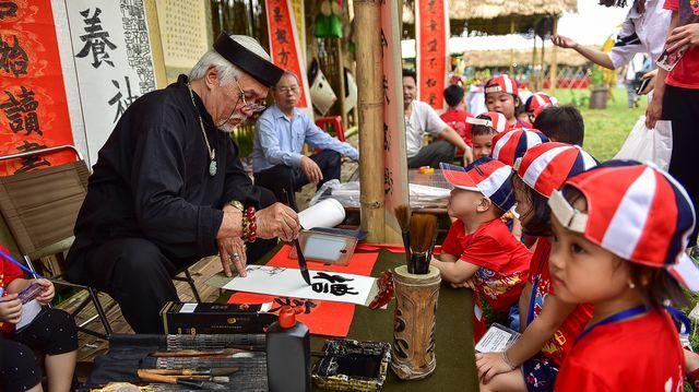Thích thú với trò chơi bịt mắt bắt vịt, đập niêu tại Hoàng Thành Thăng Long