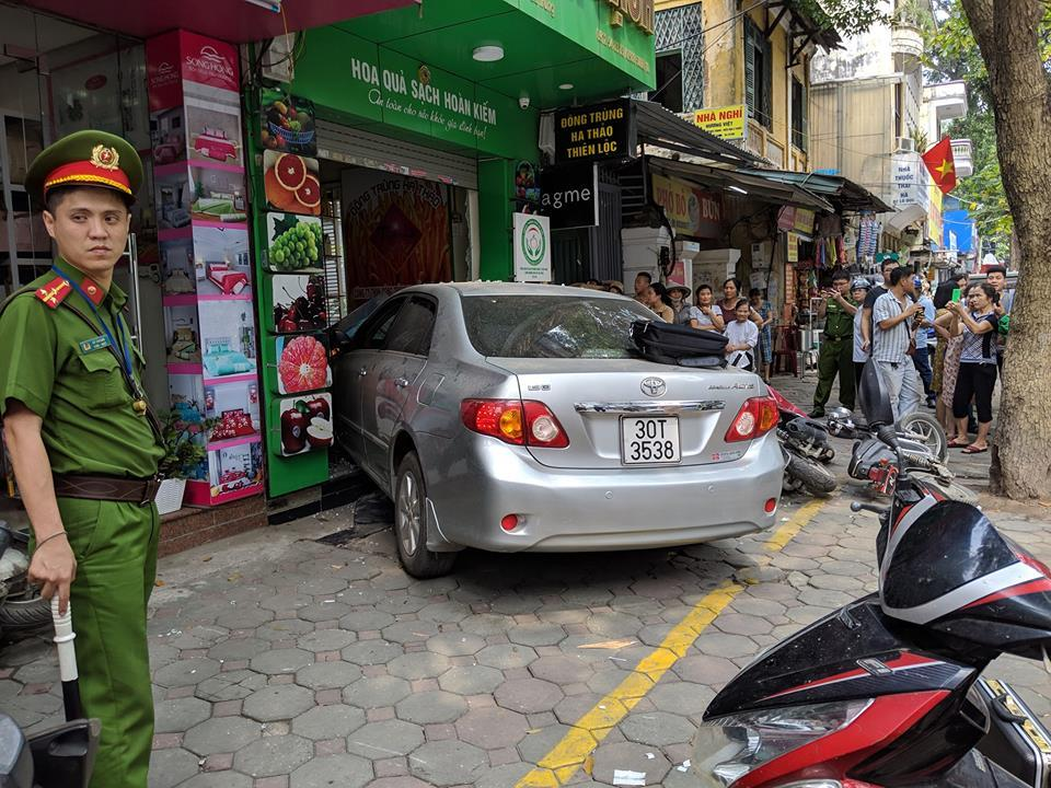 Đạp nhầm chân ga với chân phanh, nữ tài xế tông liên hoàn trên phố Hà Nội