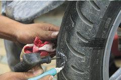 Có nên đổ keo tự vá vào lốp xe?
