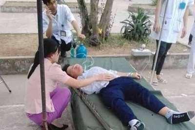 Bị cột sắt cắm vào đầu trong giờ thể dục, nam sinh đi viện cùng chiếc cột