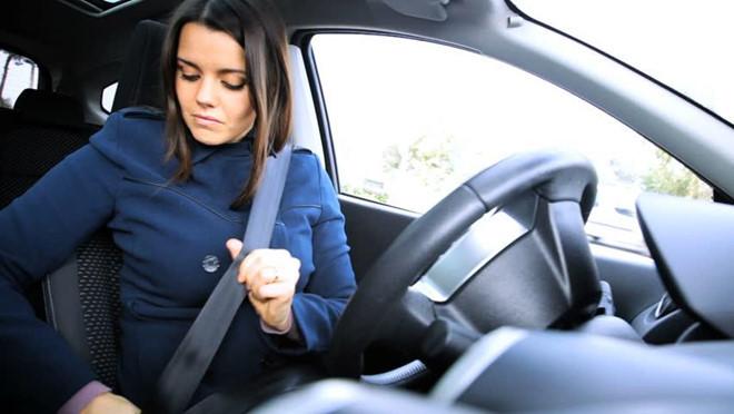 phụ nữ lái xe,nữ tài xế,thói quen gây hại