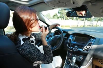Phái đẹp lái ôtô và ẩn họa từ giày cao, váy ngắn, mất tập trung