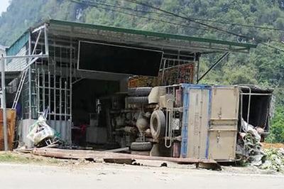 Xe tải chở chuối chui tọt nhà dân lật ngang, tài xế và phụ xe nguy kịch