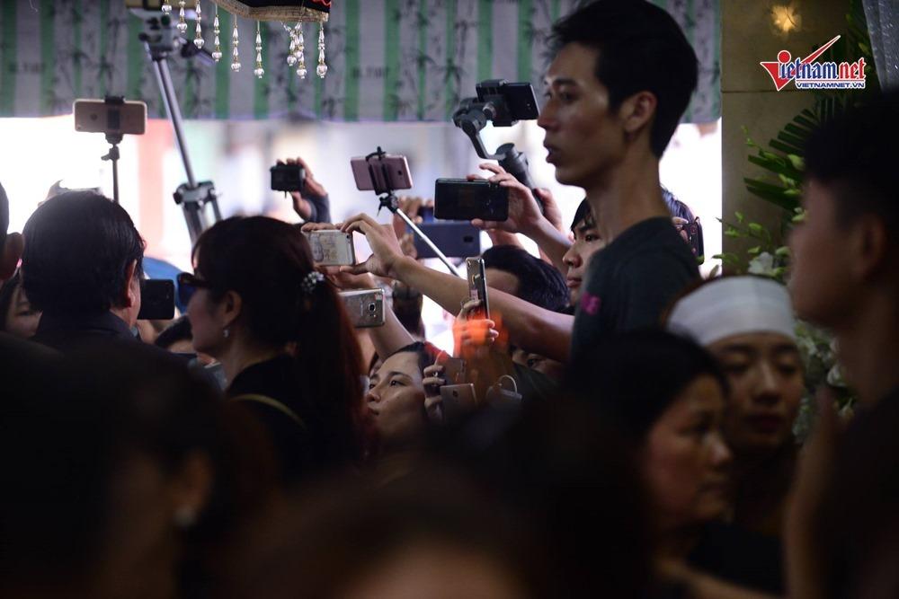 Người dân cười đùa, livestream, chen lấn phản cảm trong tang lễ Anh Vũ