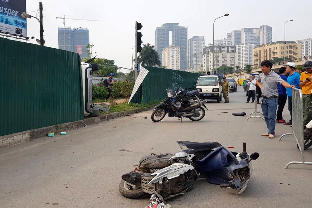 Nữ tài xếMercedes tông loạt xe máy ở Hà Nội khai đạp nhầm chân ga